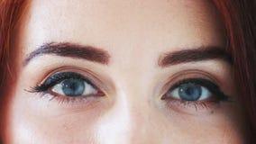 Όμορφα μάτια της όμορφης γυναίκας με την κόκκινη τρίχα φιλμ μικρού μήκους