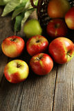 Όμορφα μήλα στο καφετί ξύλινο υπόβαθρο Στοκ εικόνες με δικαίωμα ελεύθερης χρήσης