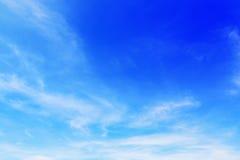 όμορφα μαλακά άσπρα σύννεφα στο μπλε ουρανό για το υπόβαθρο και desig Στοκ Φωτογραφία