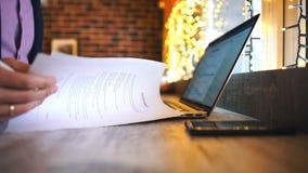 Όμορφα μηνύματα γραψίματος επιχειρηματιών με στο εστιατόριο απόθεμα βίντεο