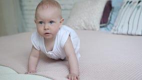 Όμορφα 9 μηνών μωρών μετά από το ντους που σέρνεται στο κρεβάτι απόθεμα βίντεο