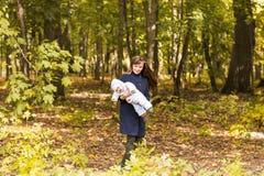 Όμορφα μητέρα και μωρό υπαίθρια Ομορφιά Mum και το παιδί της που παίζει στο πάρκο από κοινού Στοκ φωτογραφία με δικαίωμα ελεύθερης χρήσης