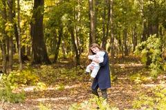 Όμορφα μητέρα και μωρό υπαίθρια Ομορφιά Mum και το παιδί της που παίζει στο πάρκο από κοινού Στοκ φωτογραφίες με δικαίωμα ελεύθερης χρήσης