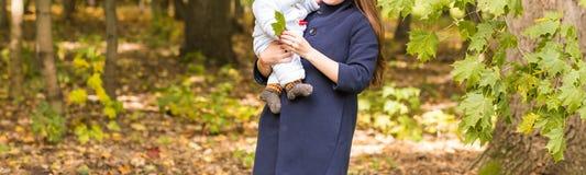 Όμορφα μητέρα και μωρό υπαίθρια Ομορφιά Mum και το παιδί της που παίζει στο πάρκο από κοινού Στοκ Εικόνες