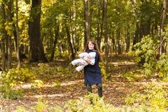 Όμορφα μητέρα και μωρό υπαίθρια Ομορφιά Mum και το παιδί της που παίζει στο πάρκο από κοινού Στοκ εικόνα με δικαίωμα ελεύθερης χρήσης