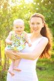 Όμορφα μητέρα και μωρό υπαίθρια Φύση Ομορφιά Mum το παιδί της που παίζει στο πάρκο από κοινού Στοκ Εικόνες
