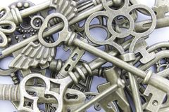 Όμορφα μοναδικά παλαιά κλειδιά μετάλλων σε έναν σωρό στοκ φωτογραφία
