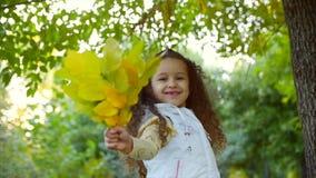 Όμορφα μοντέρνα ευτυχή μοντέρνα χαρούμενα ευρωπαϊκά χαμόγελου λίγο χαριτωμένο κορίτσι σε μια άσπρη φανέλλα σακακιών και μακρύ ένα απόθεμα βίντεο