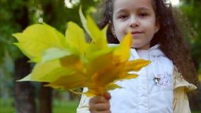 Όμορφα μοντέρνα ευτυχή μοντέρνα χαρούμενα ευρωπαϊκά χαμόγελου λίγο χαριτωμένο κορίτσι σε μια άσπρη φανέλλα σακακιών και μακρύ ένα φιλμ μικρού μήκους