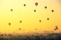 Όμορφα μπαλόνια ανατολής και ζεστού αέρα πέρα από την αρχαία παγόδα στο BA στοκ φωτογραφία με δικαίωμα ελεύθερης χρήσης
