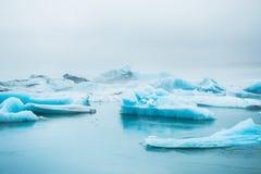 Όμορφα μπλε παγόβουνα στην παγετώδη λιμνοθάλασσα Jokulsarlon Στοκ Φωτογραφία