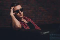 Όμορφα νέα γυαλιά ατόμων hipster πορτρέτου περιστασιακά στοκ φωτογραφίες