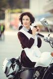 Όμορφα νέα γυναίκα, hairstyle και τόξα υπαίθρια με μια μοτοσικλέτα Ευτυχής και υγιής που ντύνεται σε μια σοβιετική σχολική στολή  Στοκ φωτογραφίες με δικαίωμα ελεύθερης χρήσης