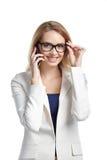 Όμορφα νέα διορθώνοντας γυαλιά γυναικών και ομιλία ενός τηλεφώνου Στοκ Εικόνες