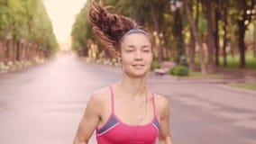Όμορφα νέα πρότυπα τρεξίματα κατάρτισης κοριτσιών στο πάρκο, σε αργή κίνηση φιλμ μικρού μήκους