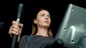 Όμορφα, νέα τραίνα γυναικών σκληρά σε έναν ειδικό ellipsoid προσομοιωτή απόθεμα βίντεο