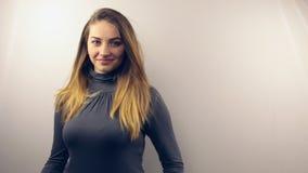 Όμορφα νέα χαμόγελα γυναικών και τοποθέτηση στη κάμερα απόθεμα βίντεο