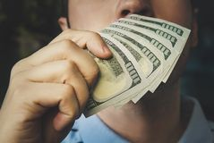 Όμορφα νέα χρήματα εκμετάλλευσης και μυρωδιάς επιχειρηματιών Στοκ εικόνες με δικαίωμα ελεύθερης χρήσης