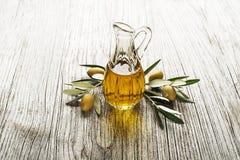 όμορφα ντυμένα μπουκάλι καρυκεύματα ελιών πετρελαίου Στοκ Εικόνα