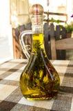 όμορφα ντυμένα μπουκάλι καρυκεύματα ελιών πετρελαίου Στοκ Φωτογραφίες