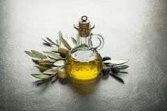 όμορφα ντυμένα μπουκάλι καρυκεύματα ελιών πετρελαίου Στοκ εικόνες με δικαίωμα ελεύθερης χρήσης