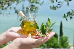 όμορφα ντυμένα μπουκάλι καρυκεύματα ελιών πετρελαίου Sirmione, Ιταλία Στοκ Φωτογραφίες