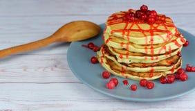 Όμορφα νόστιμα punkcakes με τα μούρα κόκκινων σταφίδων Στοκ εικόνα με δικαίωμα ελεύθερης χρήσης