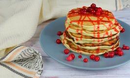 Όμορφα νόστιμα punkcakes με τα μούρα κόκκινων σταφίδων Στοκ Φωτογραφίες