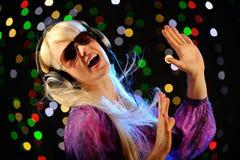 όμορφα ξανθά ακουστικά Στοκ Φωτογραφία