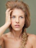 Όμορφα ξανθά μπλε μάτια γυναικών πορτρέτου στούντιο Στοκ Φωτογραφία