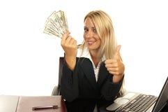όμορφα ξανθά χρήματα εκμετάλλευσης Στοκ Φωτογραφίες