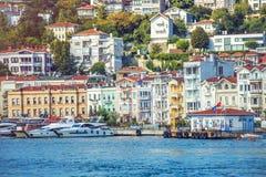 Όμορφα ξύλινα κτήρια στην περιοχή Arnavutkoy της πόλης που παρατάσσεται από το Bosphorus Στοκ Εικόνες