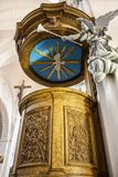 Όμορφα ξύλινα pulpit και άγαλμα ενός αγγέλου με τη σάλπιγγα στη συλλογική εκκλησία του ST Bartholomew στη Λιέγη, Βέλγιο στοκ εικόνες