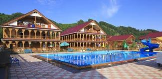 Όμορφα ξύλινα εξοχικά σπίτια με την πισίνα στα βουνά Στοκ φωτογραφίες με δικαίωμα ελεύθερης χρήσης