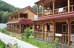 Όμορφα ξύλινα εξοχικά σπίτια στα βουνά Στοκ εικόνα με δικαίωμα ελεύθερης χρήσης