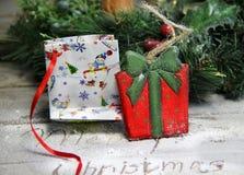 Όμορφα ξύλινα παρόντα κιβώτιο παιχνιδιών και στεφάνι Χριστουγέννων Στοκ εικόνα με δικαίωμα ελεύθερης χρήσης