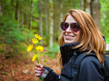 όμορφα λουλούδια που κρατούν τη γυναίκα καρφιών Στοκ εικόνα με δικαίωμα ελεύθερης χρήσης