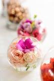Όμορφα λουλούδια στη ρύθμιση βάζων για τους πίνακες Στοκ Φωτογραφία