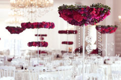 Όμορφα λουλούδια στη ρύθμιση διακοσμήσεων γαμήλιων πινάκων Στοκ Φωτογραφίες