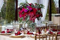 Όμορφα λουλούδια στον πίνακα στη ημέρα γάμου Υπόβαθρο διακοπών πολυτέλειας στοκ φωτογραφία