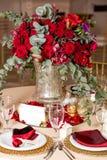 Όμορφα λουλούδια στον πίνακα στη ημέρα γάμου Υπόβαθρο διακοπών πολυτέλειας στοκ εικόνα