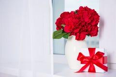 Όμορφα λουλούδια hydrangea στο κιβώτιο βάζων και δώρων σε ένα παράθυρο sil Στοκ φωτογραφία με δικαίωμα ελεύθερης χρήσης