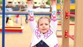 Όμορφα παιχνίδια μικρών κοριτσιών στην παιδική χαρά στη θερινή ημέρα φιλμ μικρού μήκους