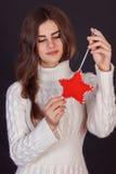 Όμορφα παιχνίδια δώρων εκμετάλλευσης γυναικών brunette Στοκ φωτογραφία με δικαίωμα ελεύθερης χρήσης