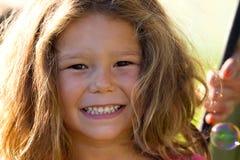 Όμορφα παιδιά που έχουν τη διασκέδαση στο πάρκο Στοκ Φωτογραφία