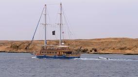 Όμορφα πανιά γιοτ τουριστών στη θυελλώδη θάλασσα στο υπόβαθρο των βράχων Αίγυπτος απόθεμα βίντεο