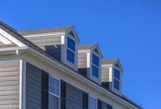 Όμορφα παράθυρα στεγών στο πρότυπο σπίτι στοκ φωτογραφία με δικαίωμα ελεύθερης χρήσης
