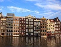 Όμορφα παραδοσιακά παλαιά κτήρια στην ημέρα με το φωτεινό μπλε ουρανό στο Άμστερνταμ, οι Κάτω Χώρες Στοκ Εικόνες