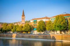 Όμορφα παλαιά σπίτια στον ποταμό Adige στη Βερόνα, Ιταλία Στοκ φωτογραφίες με δικαίωμα ελεύθερης χρήσης
