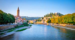 Όμορφα παλαιά σπίτια στον ποταμό Adige στη Βερόνα, Ιταλία Στοκ Εικόνες